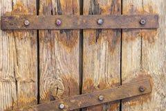 Fragment av grungetappningträdörren med den rostiga bulten, gångjärn Skrivbords- modell för sjaskig timmer för design och garneri Arkivbilder
