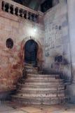 Fragment av inre av kyrkan av den heliga griften i Jerusalem, Israel Moment till Golgotha Royaltyfri Bild