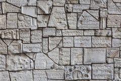 Fragment av judiska gravstenar på en vägg i den judiska kyrkogården royaltyfri fotografi
