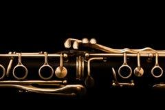 Fragment av klarinetten på en svart bakgrund Arkivfoton