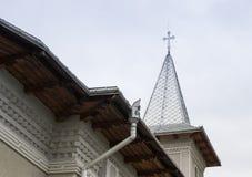 Fragment av kyrkan av ärkeänglarna Michael och Gavriil i den Fagaras staden i Rumänien arkivbild