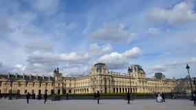 Fragment av Louvrebyggnader och den Glass pyramiden i Louvremuseum Royaltyfria Bilder