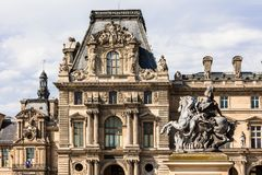Fragment av Louvreslotten Louvremuseet Paris franc royaltyfri fotografi
