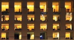 Fragment av modern kontorsbyggnad på natten Royaltyfria Bilder