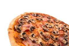 Fragment av ny pizza med bacon och champinjoner royaltyfria bilder