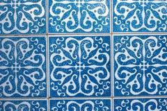 Fragment av portugisiska traditionella tegelplattor Azulejo med modellen i gamla Porto royaltyfria foton