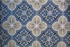 Fragment av portugisiska traditionella tegelplattor Azulejo med modellen i gamla Porto Arkivfoto