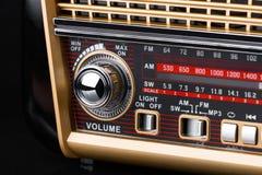 Fragment av radiomottagaren i retro stil med radiovisartavla- och silverknappar Arkivfoton