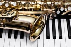 Fragment av saxofonen Arkivfoton
