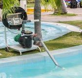 Fragment av sikten av den elektriska pumpen för gammal teknologi för rengörande simbassäng Royaltyfria Bilder