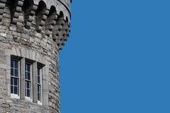 Fragment av slotttornet Dublin, Irland - avskild bakgrund arkivbilder