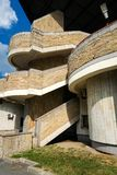 Fragment av sovjetisk modernismbrutalistbyggnad i helgon-Petersb arkivbilder