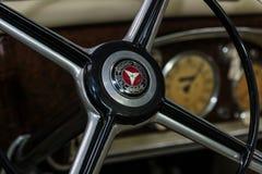 Fragment av styrninghjulet av denformat bilen Mercedes-Benz 170 W136 Royaltyfri Foto
