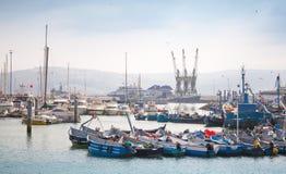 Fragment av Tangier port med små fiskebåtar Arkivfoto
