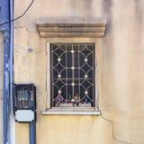 Fragment av tappningväggen med fönstret som dekoreras med dockor avivisrael telefon Royaltyfri Fotografi