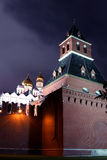 Fragment av väggen av MoskvaKreml på natten Royaltyfri Fotografi