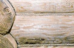 Fragment av väggen som utförs från runda journaler arkivbild