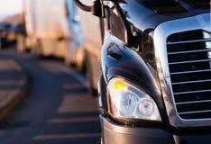 Fragment d'obscurité de camion semi sur la route Photo stock