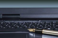 Fragment d'ordinateur portatif avec un crayon lecteur Photos libres de droits