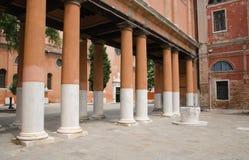 Fragment d'un bâtiment antique avec des colonnes photo libre de droits