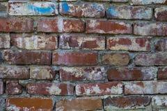 Fragment d'un bâtiment avec un mur de briques effondré Photo libre de droits