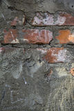 Fragment d'un bâtiment avec un mur de briques effondré Photographie stock