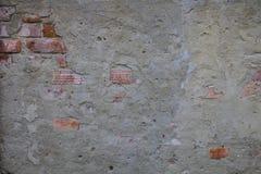 Fragment d'un bâtiment avec un mur de briques effondré Image stock