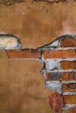 Fragment d'un bâtiment avec un mur de briques effondré Image libre de droits