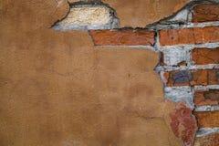 Fragment d'un bâtiment avec un mur de briques effondré Photos stock