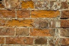 Fragment d'un bâtiment avec un mur de briques effondré Photos libres de droits
