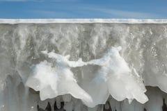 Fragment d'un mur congelé de brise-lames avec des glaçons Image libre de droits