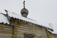 Fragment d'un mur d'une vieille église orthodoxe en bois et d'un toit avec des glaçons photo libre de droits