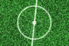 Fragment d'un terrain de football avec un cercle central Photographie stock