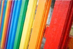 Fragment d'une barrière en bois d'arc-en-ciel photos stock