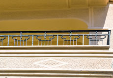 Fragment d'une façade d'une maison avec un balcon Photo libre de droits