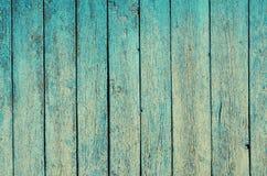 Fragment d'une vieille barrière Texture cyan criquée de peinture Fond en bois de planches de peinture bleu vert minable Photos libres de droits