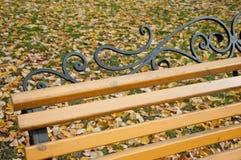 Fragment de banc de parc en bois avec les décorations métalliques noires Photo libre de droits