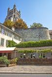Fragment de cathédrale de Lausanne en été, vue de rue photo stock