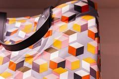 Fragment de cuir artificiel multicolore de sac de client d'impression avec les poignées courtes image libre de droits