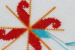 Fragment de fait main sur le tissu blanc Images stock