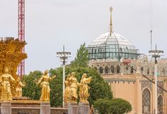 Fragment de l'amitié de la fontaine de peuples et du pavillon l'Ouzbékistan dans le jour d'été Photos libres de droits