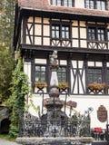 Fragment de l'hôtel Economat avec la statue d'un ours se reposant sur un poteau, située près du château de Pelesh dans Sinaia, da images stock