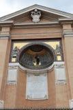 Fragment de la construction sainte extérieure d'escaliers Beaux vieux hublots à Rome (Italie) Image stock