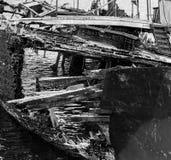 Fragment de la décomposition, du bateau abandonné sur le rivage, d'un symbole de décadence et de dégradation, une image monochrom photographie stock libre de droits