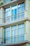 Fragment de la façade d'une maison de rapport moderne avec une fenêtre et un balcon photos stock