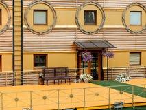 Fragment de la façade de la vieille maison dans le style orange et marin Photographie stock