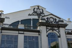 Fragment de la façade du bâtiment historique du marché à Saratov Il montre les dates et le manteau des bras de Saratov photo libre de droits