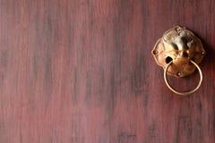 Fragment de la porte peinte en bois avec le bouton de porte en laiton antique Photographie stock