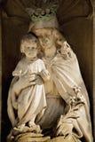 Fragment de la statue antique de Vierge Marie avec le b?b? Jesus Christ Religion, foi, la vie ?ternelle, concept de Dieu photo stock