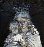 Fragment de la statue antique de Vierge Marie avec le b?b? Jesus Christ Religion, foi, la vie ?ternelle, Dieu, le concept d'?me photographie stock
